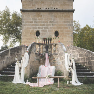 Cérémonie De Mariage De Noël à La Décoration D'escalier Et De Rambarde Au Style Romantique Avec Des Fleurs Et Voilage.