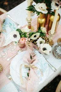 Composition Florale Pour Mariage à Noël Avec Un Centre De Table Champêtre Et En Fleurs.