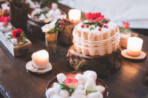 Déco De Noël En Rouge Et Blanc Avec Rondins De Bois, Fleurs Et Boudoir De Gâteaux.