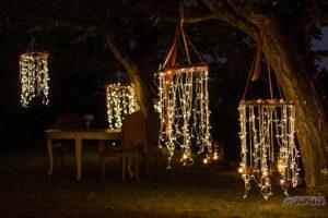 Décoration Lumineuse Avec Suspension En Extérieur à Noël Pendant La Nuit.