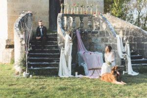 Déco De Mariage En Hiver Avec Arche En Bois Et Escalier En Pierre.