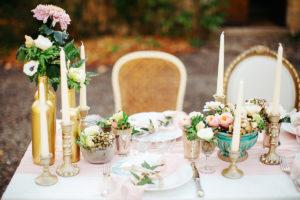 Petit Bouquet De Fleurs Pour Noël Avec L'or, Le Blanc Et Le Rose Pâle.