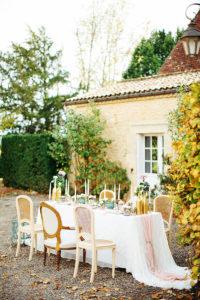 Décoration Florale Et Réception De Noël En Extérieur Dans Un Jardin Avec Une Table à La Déco Champêtre Et Naturelle.