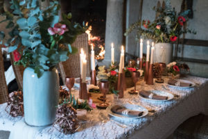 Salle De Réception à Noël Avec Une Table à La Déco En Fleurs Près Du Feu De Cheminée.