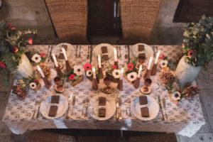 Table De Noël Pour Réception Et Dîner Intime Avec Les Couleurs De Blanc Et De Rouge.