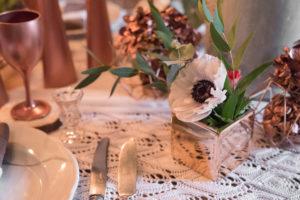 Décoration Florale Et Vase Au Style Cuivre Avec Fleur Pour Repas De Noël.