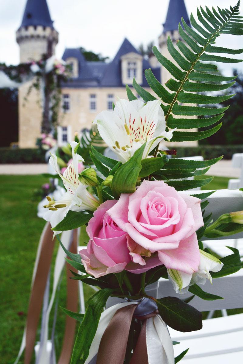 Décoration de cérémonie de mariage laïque en plein air avec des bouts de bancs en fleurs.