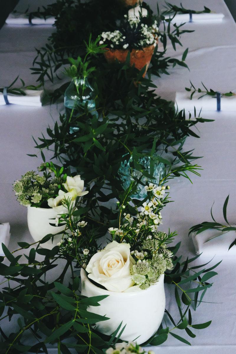 Chemin de table en astrance et feuillage vert pour mariage et réception en Aquitaine.