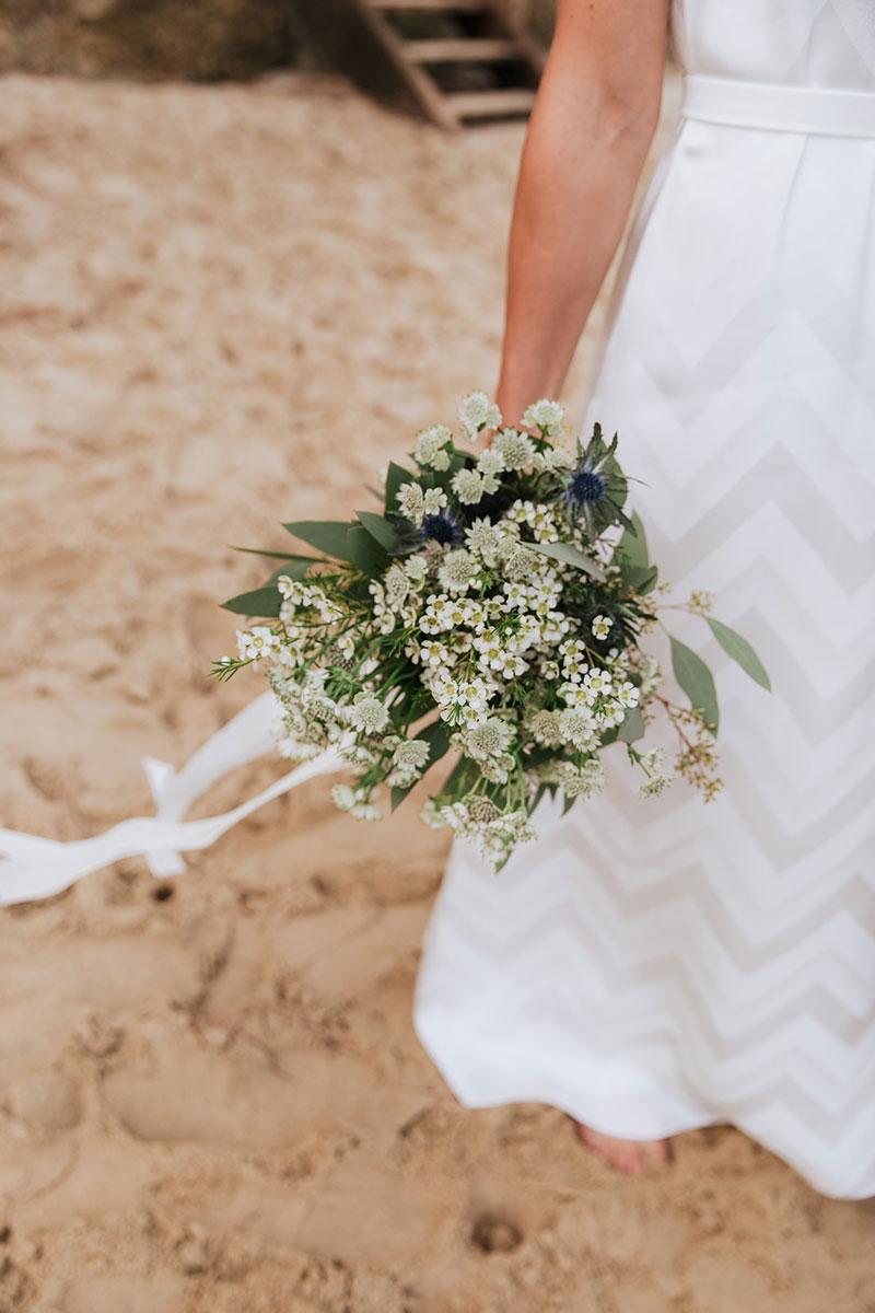 Mariage en pleine nature avec un bouquet d'astrances blanches et vertes.