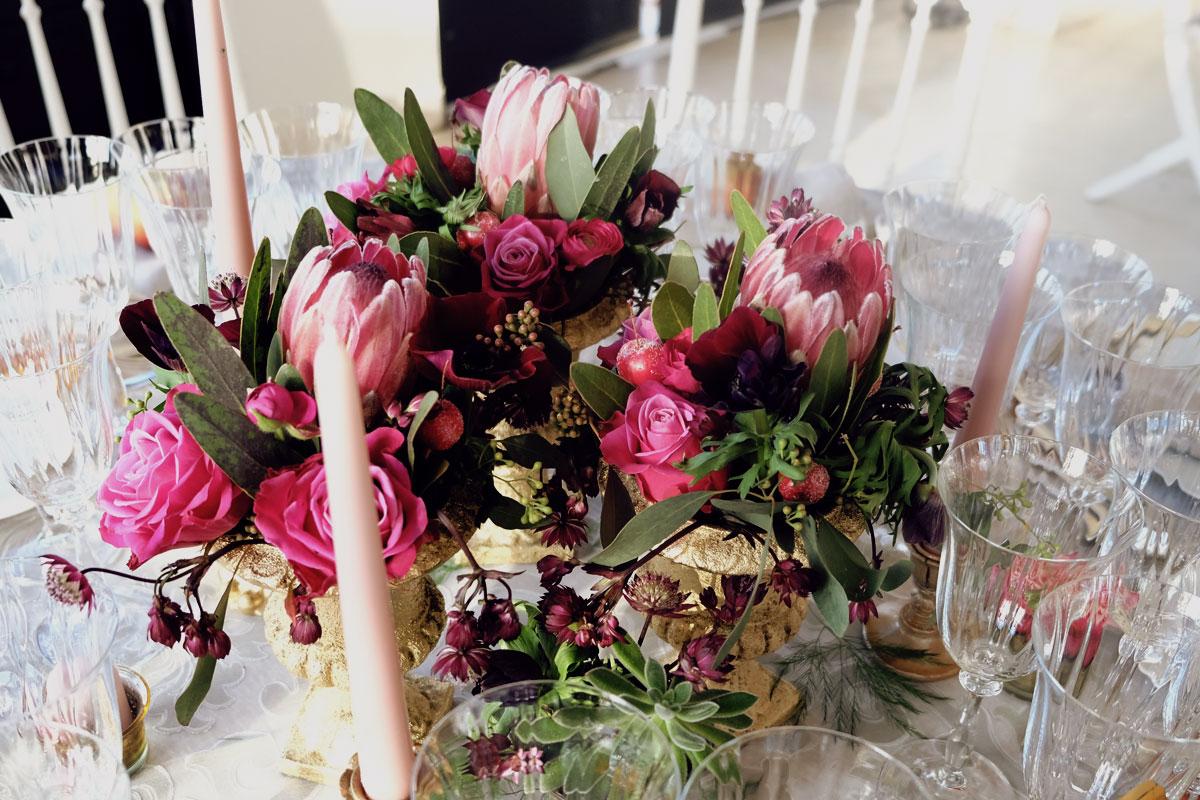 Centre de table en rose et astrance au thème romantique dans un vase de luxe.