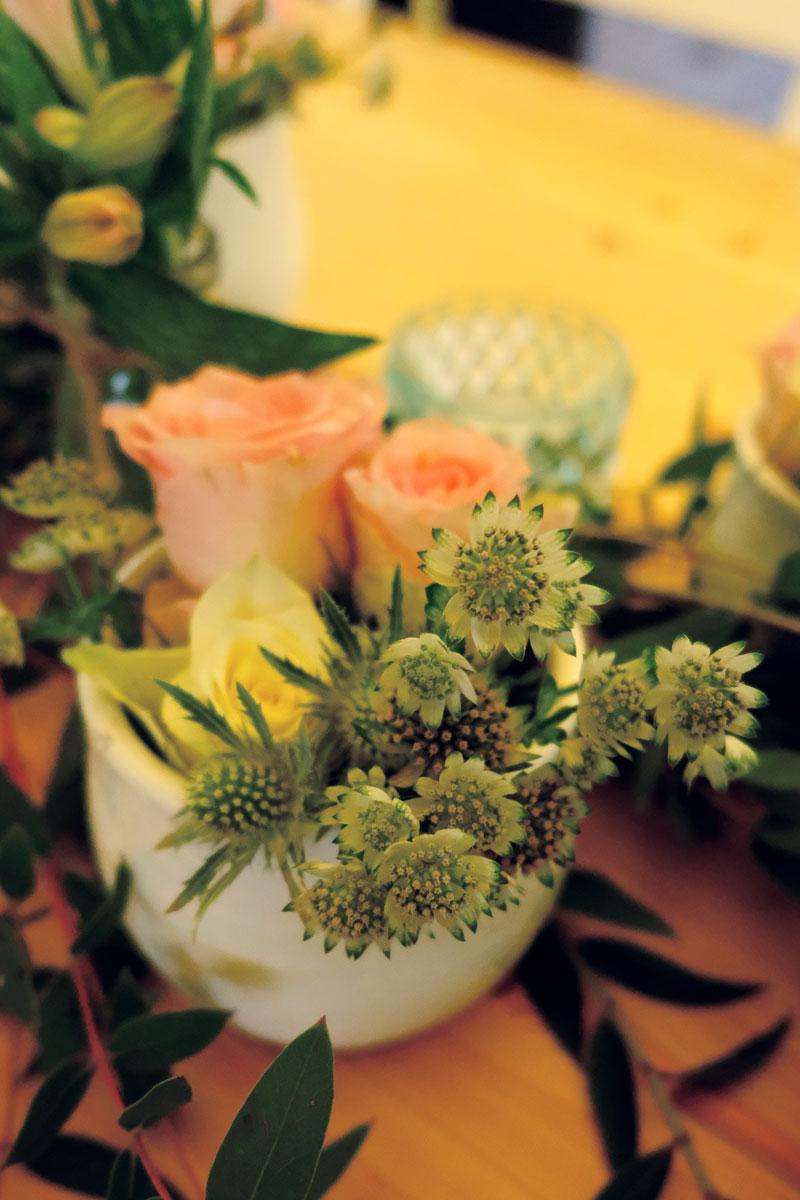 La fleur astrance blanche et verte clair en bouquet de décoration bohème rustique de mariage et événement