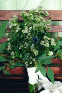 Bouquet De Mariée Vert En Astrance Et Fleur Simple Et Rustique.