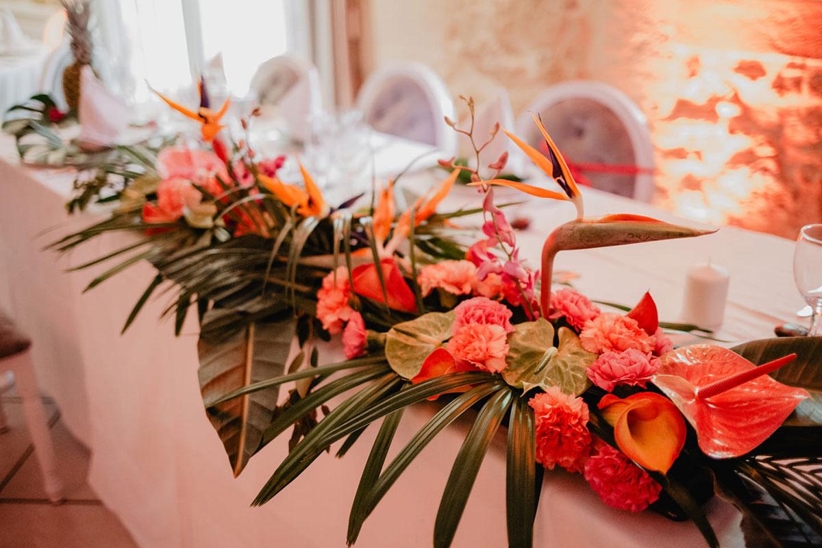 Anthurium et langue de feu en centre de table de décoration de mariage en fleurs.