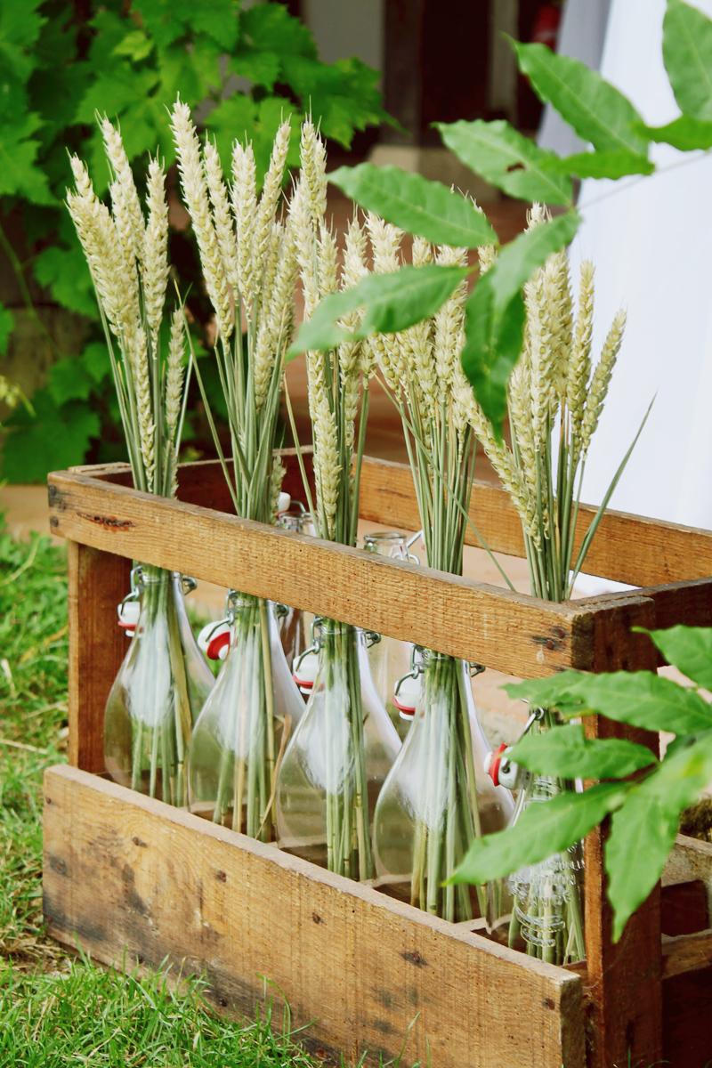 Bouquet de fleurs champêtre avec l'épi de blé en déco de mariage au thème country chic.