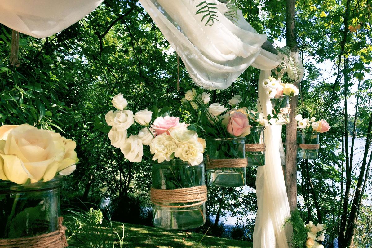 Bouquets de fleurs de mariage à Anglet au Pays Basque pour cérémonie et arche laïque au thème bohème.