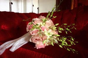 Bouquet De Mariée Romantique En Roses Lors D'un Mariage Au Pays Basque.
