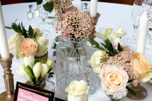 Décoration De Salle De Réception En Fleurs De Mariage Au Pays Basque Dans Des Petits Vases Vintage.