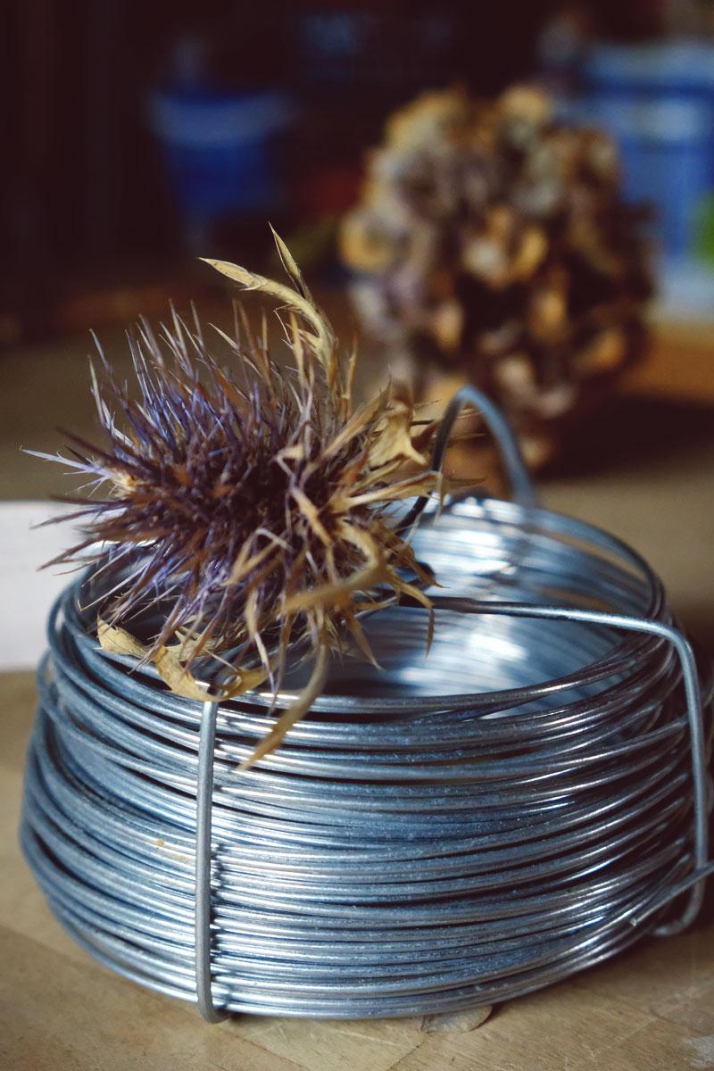 Fil de fer souple pour bouquets de fleurs en matériel de fleuriste et décoratrice professionnelle d'événements.