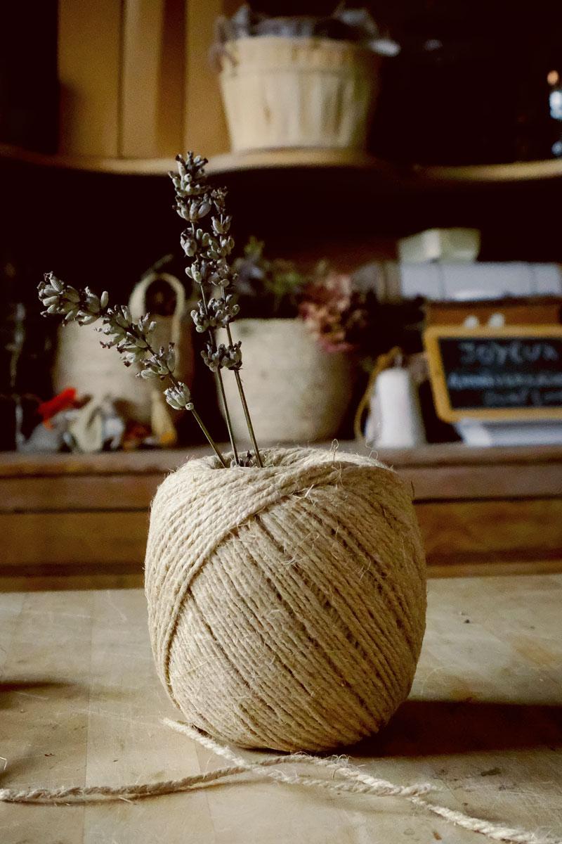 Ficelle de lin pour attacher fleur et composition florale de bouquets en outil et matériel de fleuriste de mariage et événement.