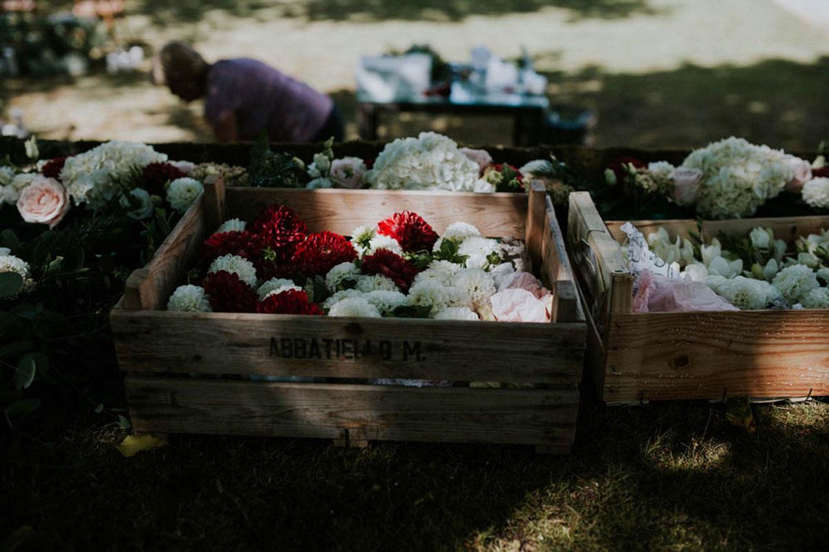 Outils et matériel de fleuriste professionnel et décoratrice de mariage et événement avec fleurs et bouquets.