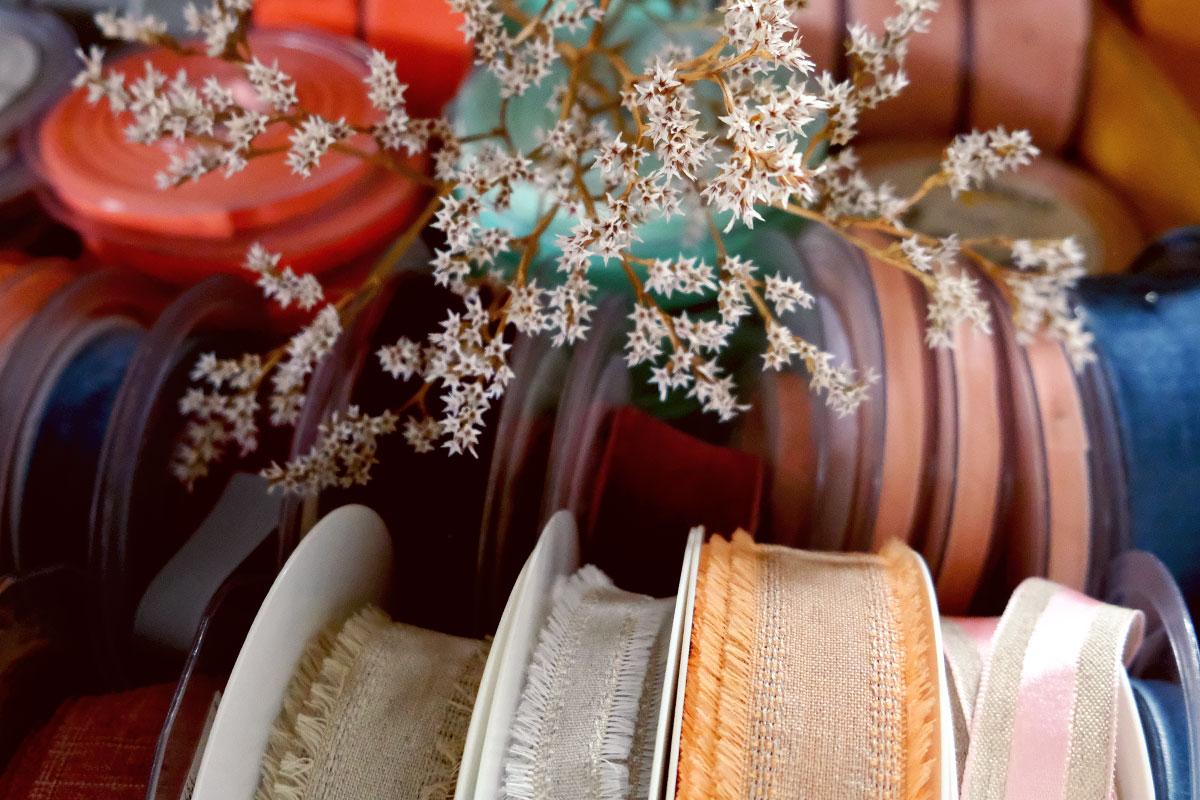 Ruban de couleurs pour bouquets de fleurs champêtre et bohème en outils et matériel de fleuriste et décorateur professionnel.