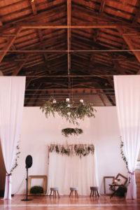 Décoration En Drapé Et Voile Blanc De Tissu Pour Plafond De Salle De Mariage Et Réception.