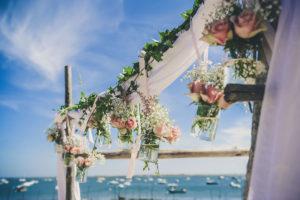 Drapé Blanc Avec Eucalyptus Et Bouquets De Fleurs De Cérémonie Et Décoration De Mariage.