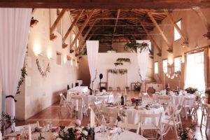 Drapé Blanc De Plafond Et Poutres De Salle De Réception De Mariage Aux Murs Avec Décoration Champêtre Chic.