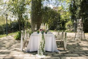 Drapé De Table De Mariage Pour Réception Bohème Chic En Extérieur Avec Voilage Blanc.