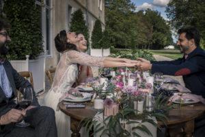 Drapé De Table De Mariage Pour Réception Bohème Chic Avec Voilage Blanc Et Feuillage D'eucalyptus.