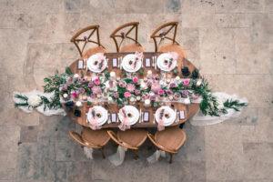 Drapé De Table De Mariage De Réception Bohème Avec Voilage En Tissu Blanc Et Fleurs.