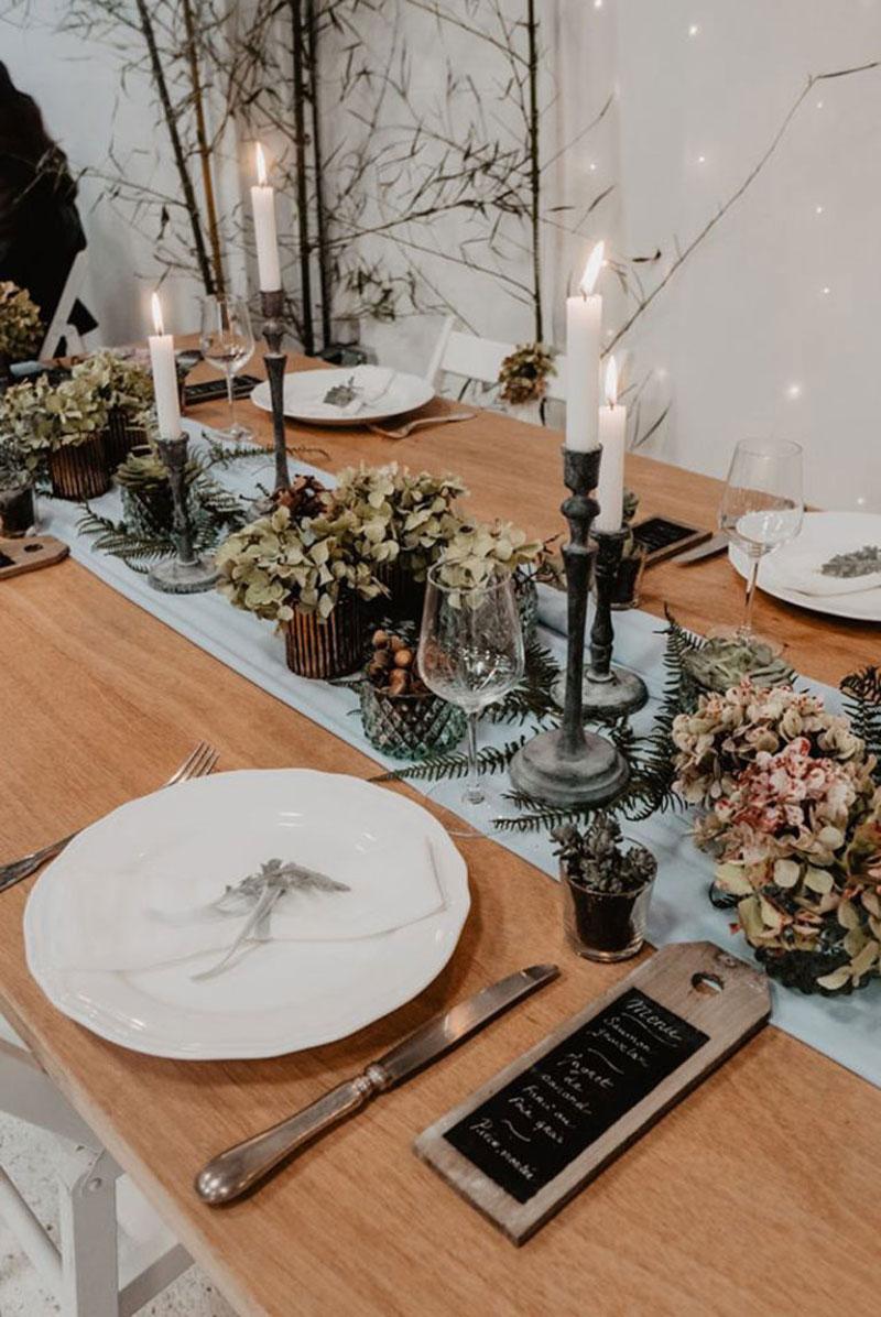 Table avec voilage de couleur pour réception de mariage bohème et déco de réception et événement.