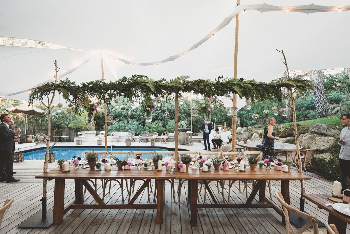 Tendance de déco de mariage en 2022 avec la table rectangulaire de réception en petit comité à l'esprit dans l'air du temps.