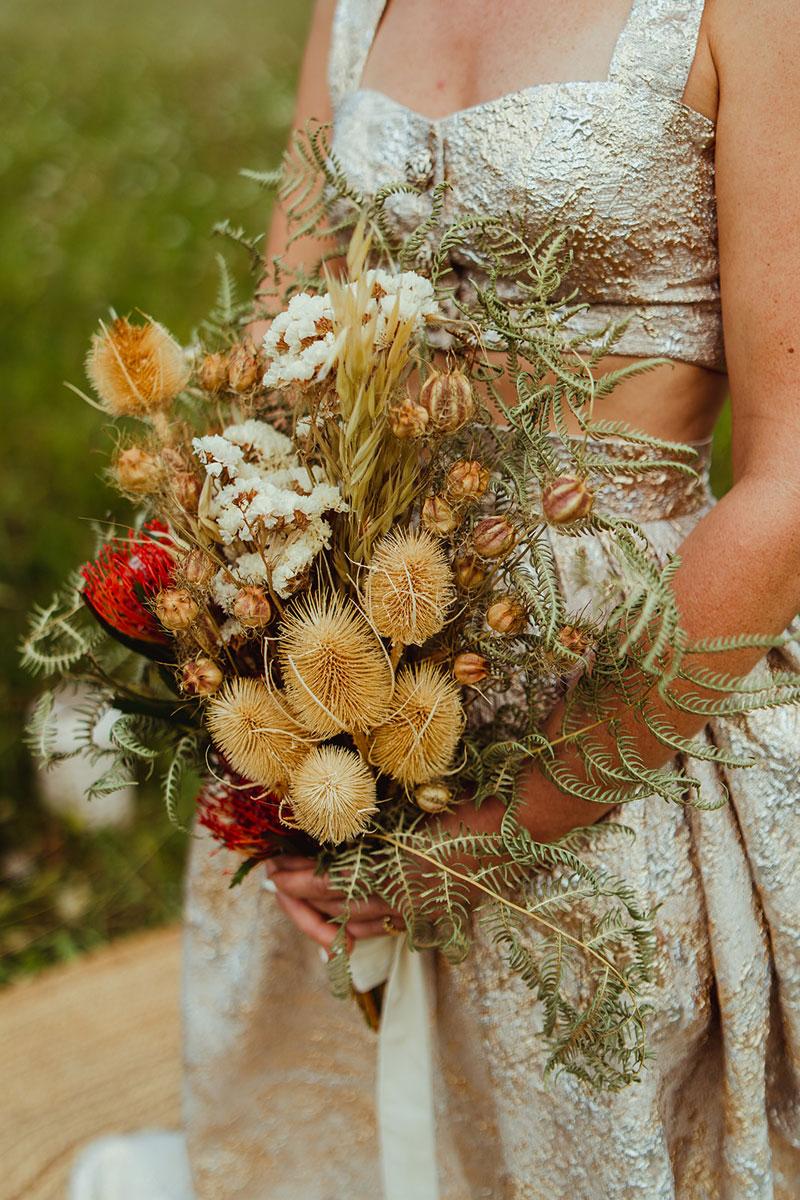 Tendance de bouquet de mariée en 2022 en couleurs chaudes et idée de nuances de doré, de terracotta et de terre de sienne en fleurs séchées.