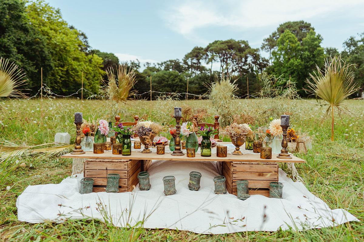 Tendance de décoration mariage en 2022 en inspiration et couleurs de centre de table de réception en extérieur en pleine nature.