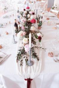 Tissu Blanc En Voilage De Table De Réception Avec Fleurs Au Thème Romantique.