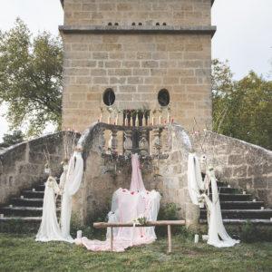Voilage Blanc Et Décoration D'escalier Et Rambarde De Cérémonie De Mariage En Extérieur.