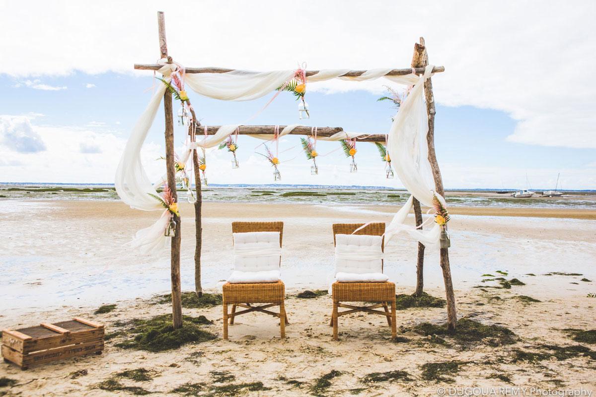 Voile blanc en drapé de décoration de mariage pour arche de cérémonie sur la plage avec le vent et la brise.