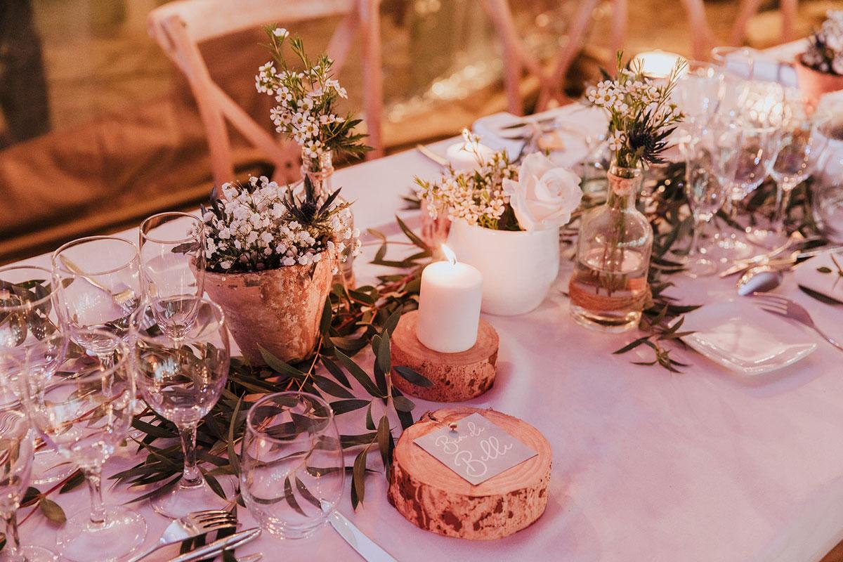 Centre de table en fleurs des champs au thème bohème et mariage champêtre.