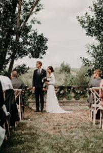 Guirlande De Fleurs Et De Feuillage En Eucalyptus De Déco Au Balcon En Extérieur De Cérémonie De Mariage.