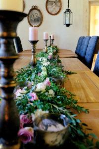 Guirlande De Fleurs Et De Feuillage D'eucalyptus De Déco De Table De Réception De Mariage.