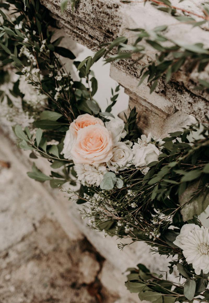 Guirlande en rose et feuillage de décoration d'escalier de réception et événement.