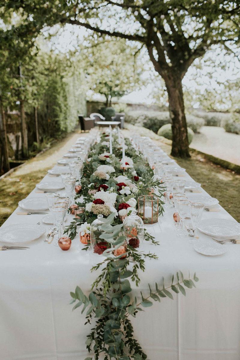 Guirlande de feuillage nature d'eucalyptus et fleurs de roses et hortensias de déco de mariage.