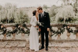 Fleurs De Rose Et Feuillage D'eucalyptus En Guirlande De Déco De Jardin Et Balcon De Cérémonie De Mariage En Extérieur.