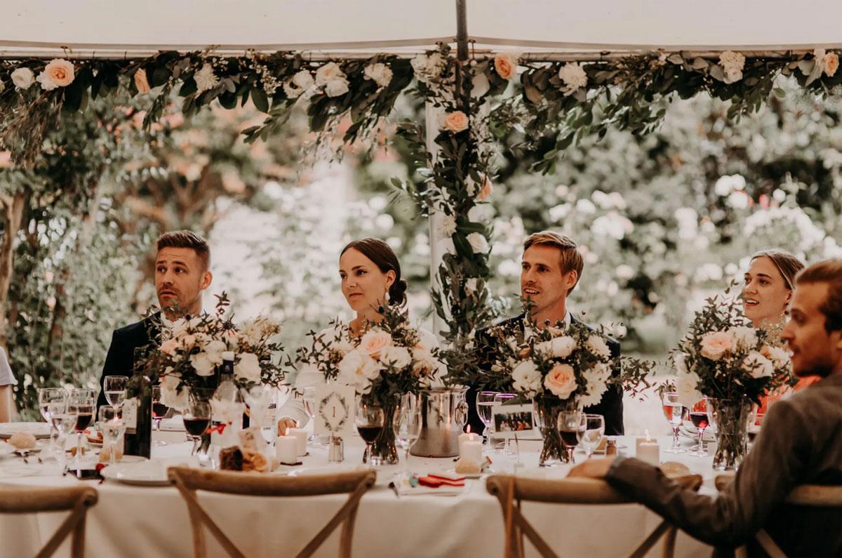 Guirlande de fleurs et feuillage de salle et table de mariage en déco en suspension au thème romantique bohème.