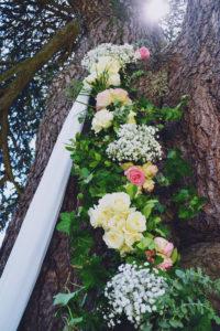 Guirlande De Fleurs De Rose Et Gypsophile En Suspension Sur Arbre Et Jardin.