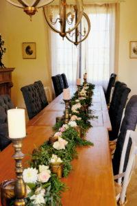 Guirlande De Table De Mariage En Feuillage D'eucalyptus Et De Fleurs Fraîches.