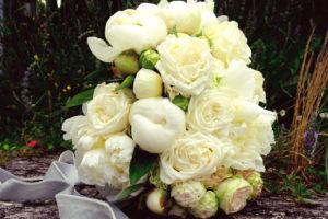 Bouquet De Mariée Champêtre Chic En Fleurs Blanches.