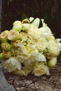 Bouquet De Mariée En Pivoines Et Roses Blanches.