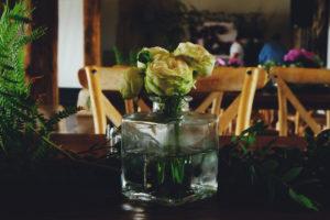 Bouquet De Roses En Déco De Table De Cocktail Dinatoire De Mariage Champêtre Chic.